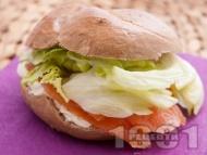 Сандвич с пушена сьомга, крема сирене Филаделфия и салата айсберг